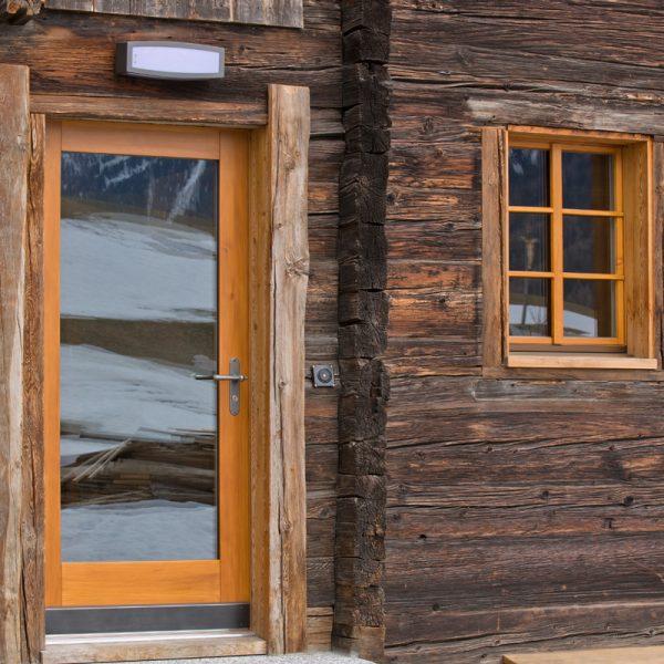 oberwalliser schreinerei perren ag fuergangen chalet umbauen holztuere mit glas eingangstuere holzfenster